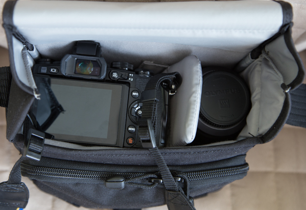 Lowepro Event Messenger 100  with Olympus OM-D E-M1
